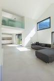 Wnętrze, żywy pokój z kanapą zdjęcia royalty free