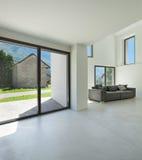 Wnętrze, żywy pokój z kanapą zdjęcie royalty free