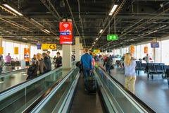 Wnętrze Amsterdam lotnisko Schiphol Pasażery na długim ho Zdjęcia Royalty Free