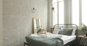 Wnętrze biała i szara wygodna sypialnia zbiory wideo
