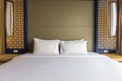 Wnętrze biała i szara wygodna sypialnia Zdjęcia Royalty Free