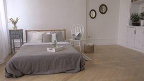Wnętrze biała i szara wygodna sypialnia zbiory