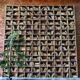 Wnętrze, biblioteka, półki na książki, w bibliotece, bookshelveswall, czerwona cegła obrazy stock