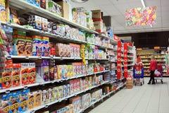 Wnętrze Carrefour Hypermarket zdjęcie stock