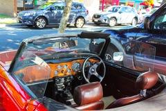 Wnętrze czerwony odwracalny jaguar projektujący lewej strony jeżdżenie parkujący na ulicie na Bribie wyspie Queensland Australia  obraz royalty free