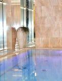 wnętrze Czysta woda w błękitnym pływackim basenie Zdjęcie Royalty Free