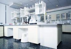 Wnętrze czysty nowożytny biały laborancki tło Laborancki pojęcie Obrazy Stock