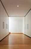 Wnętrze, długi korytarz z garderobami Zdjęcia Royalty Free