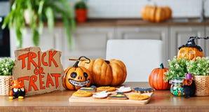 Wnętrze dom dekorował dla wakacje Halloween z banią fotografia stock