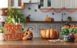 Wnętrze dom dekorował dla wakacje Halloween z banią zdjęcia royalty free