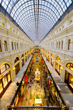Wnętrze GUMOWY centrum handlowe przy placem czerwonym przy półmroku czasem Obrazy Royalty Free