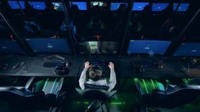 Wnętrze hazardu klub z młodym człowiekiem bawić się komputer zbiory wideo