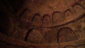 Wnętrze kamienny kopuła sufit grota z łukowatymi niszami w grocie zdjęcie wideo