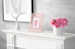 Wnętrze lekki pokój z pięknymi peoniami w wazie Obraz Royalty Free
