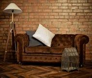 Wnętrze loft z aksamitną kanapą zdjęcie royalty free