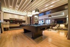 Wnętrze luksusowy żywy pokój z basenu stołem Obrazy Royalty Free
