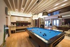 Wnętrze luksusowy żywy pokój z basenu stołem Zdjęcie Stock