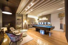 Wnętrze luksusowy żywy pokój z bilardowym stołem Zdjęcia Royalty Free