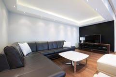 Wnętrze luksusowy żywy pokój z pięknymi podsufitowymi światłami Obrazy Stock