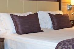 wnętrze Luksusowy nowożytny pokój hotelowy łóżkowego hotelowego królewiątka luksusowy pokój sortujący Zdjęcie Stock