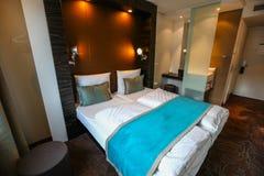 Wnętrze luksusowy nowożytny pokój hotelowy fotografia royalty free
