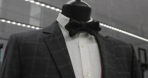 Wnętrze mężczyzna ` s sklep odzieżowy Mężczyzna ` s kostiumy Mężczyzna ` s koszula Drogi butik Kupować odziewa w butiku zdjęcie wideo