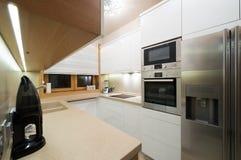 Wnętrze mała nowożytna kuchnia Zdjęcia Stock