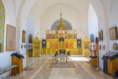 Wnętrze mały małomiasteczkowy kościół wewnętrzna dekoracja Ikony, modlitwy Rosja obrazy stock