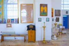Wnętrze mały małomiasteczkowy kościół wewnętrzna dekoracja Ikony, modlitwy Rosja obrazy royalty free