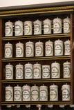 Wnętrze miasto apteka w półkach z medycynami i przygotowaniami Fotografia Stock