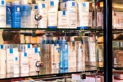 Wnętrze miasto apteka w półkach z medycynami i przygotowaniami Obraz Stock