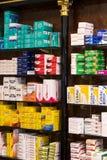 Wnętrze miasto apteka w półkach z medycynami i przygotowaniami Obrazy Stock