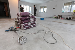Wnętrze mieszkanie z nowymi okno, materiał torby cementu, betonu lub rękojeści betonowy melanżer na podłoga Obraz Royalty Free