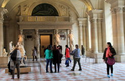 Wnętrze muzeum, z podróżnikami podziwia arcydzieła louvre, Paryż, Francja, 2016 obraz royalty free