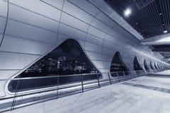 Wnętrze nowożytna architektura przy nocą obrazy stock