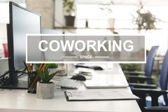 Wnętrze nowożytna coworking przestrzeń z komputerem ilustracji