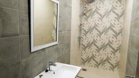 Wnętrze nowożytna, piękna, mała łazienka w beżowych brzmieniach, Obrazek prysznic kabinka w nowożytnej toalecie, mały zbiory