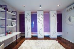 Wnętrze nowożytna przebieralnia z nowożytną szafą Fotografia Royalty Free
