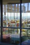 Wnętrze nowożytny firmy lunchroom za okno fotografia royalty free