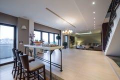 Wnętrze nowożytny mieszkanie z barów krzesłami i stołem Obraz Royalty Free