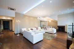 Wnętrze nowożytny przestronny żywy pokój z grabą Zdjęcia Royalty Free