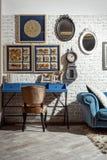 wnętrze nowożytny retro projektujący żywy pokój z krzesłem, stół zdjęcie royalty free