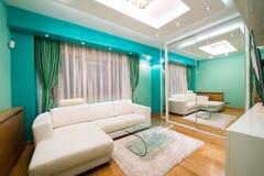 Wnętrze nowożytny zielony żywy pokój z luksusowym podsufitowym światłem Zdjęcia Stock
