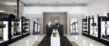 Wnętrze obuwiany sklep w nowożytnym europejskim centrum handlowym Obrazy Stock