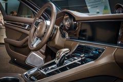Wnętrze pełnych rozmiarów luksusowy samochodowy Porsche Panamera Turbo, 2016 Fotografia Stock