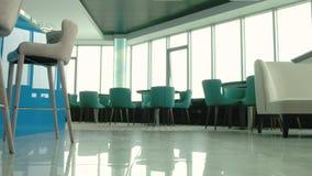 Wnętrze piękna restauracja na najwyższym piętrze z pięknym widokiem od restauracyjnego okno 4 zbiory wideo