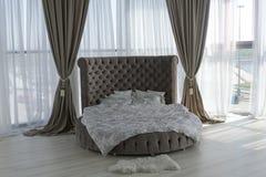 Wnętrze piękna sypialnia z round łóżkiem zdjęcie royalty free