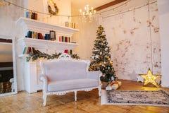 Wnętrze piękny pokój z Bożenarodzeniowymi dekoracjami Obrazy Royalty Free