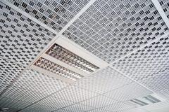 wnętrze przemysłowe Nowożytna czysta biała podsufitowa tekstura Obrazy Royalty Free