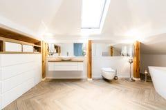 Wnętrze przestronna łazienka obrazy royalty free